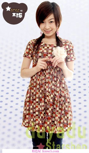 春天可爱女孩的甜美连衣裙