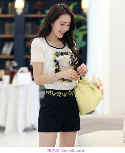成熟的女人喜欢穿社会名流的服装