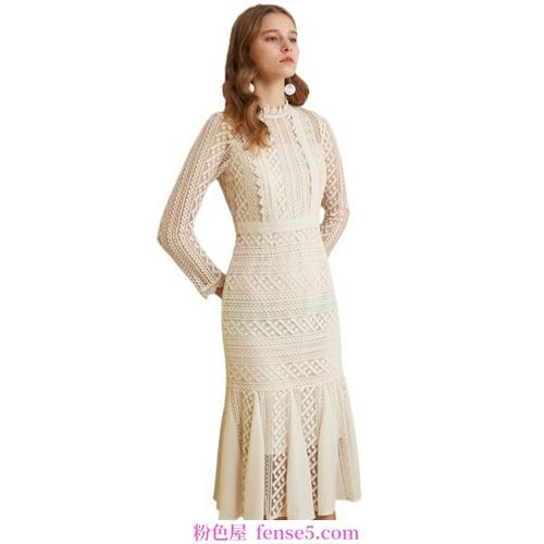高腰连衣裙,金色比例造就长腿