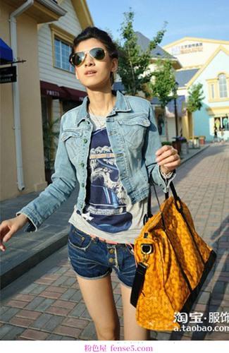 时髦的外套在街上闪闪发光