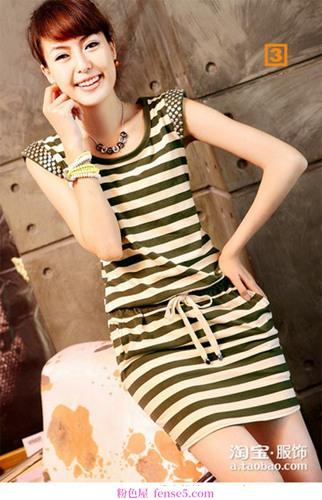 购物时选择条纹连衣裙