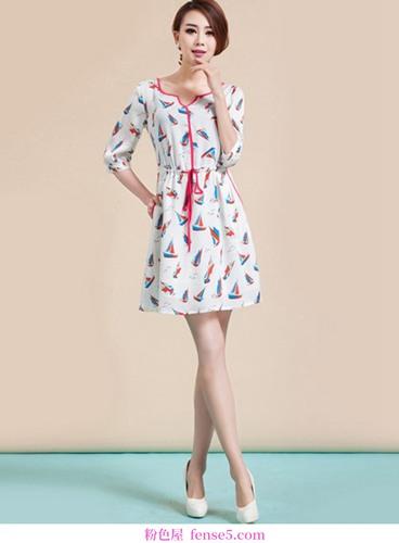 衣服和长裙都很短,各有各的风格