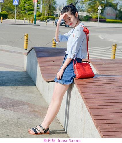 摆脱高跟鞋的束缚。穿着平底凉鞋的浪漫夏天