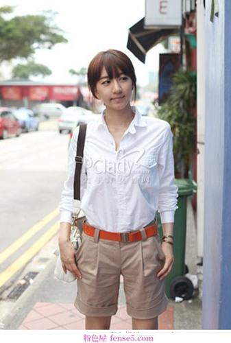 白色衬衫和裤子的清新搭配